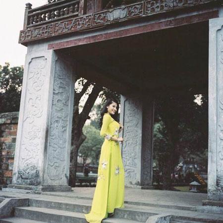 Người mẫu Phan Hoàng Thu du xuân với áo dài tha thướt 9