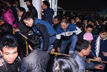 """Hình ảnh """"Người Việt xấu xí"""" ở lễ hội đầu năm 12"""