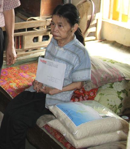 5 triệu đồng và 10 kg gạo đến với người mẹ liệt giường bất hạnh 2