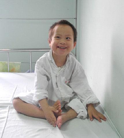 Trao tiếp 10 triệu đồng tới bé 5 tuổi mồ côi bị nhiễm trùng nặng 1