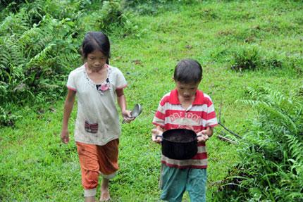 Ứa nước mắt 5 đứa trẻ mồ côi lay lắt nơi xóm núi 2