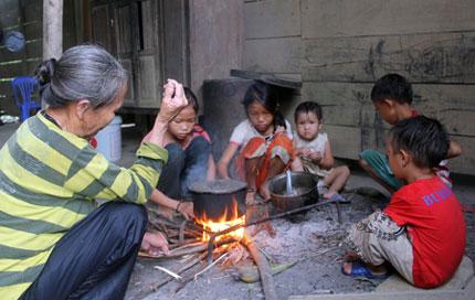 Ứa nước mắt 5 đứa trẻ mồ côi lay lắt nơi xóm núi 1