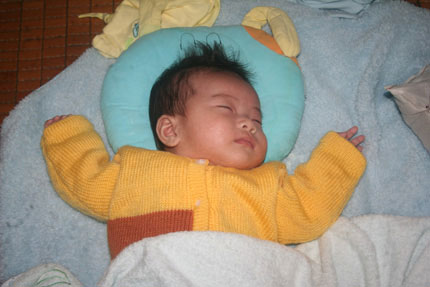 Sữa và áo ấm đến với 5 em bé bị bỏ rơi 4
