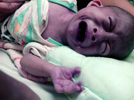 Ngằn ngặt tiếng khóc của bé thơ 6 tháng trong kinh hoàng bão lũ  1