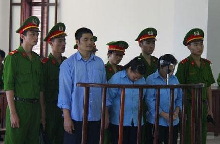 """Bị cáo tại tòa án Đà Nẵng mặc """"đồng phục"""" - Màu của phân biệt! 1"""