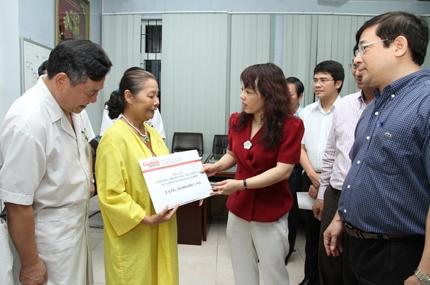 Bộ trưởng Bộ Y tế tặng quà nhân ái đến bệnh nhi tim bẩm sinh, nhiễm HIV 1