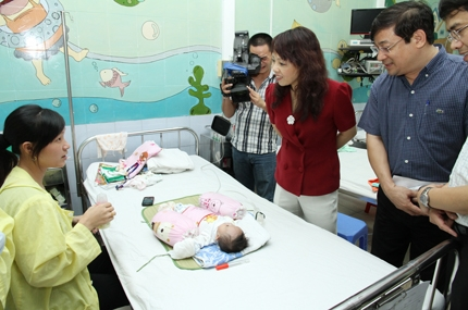 Bộ trưởng Bộ Y tế tặng quà nhân ái đến bệnh nhi tim bẩm sinh, nhiễm HIV 3