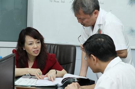Bộ trưởng Bộ Y tế tặng quà nhân ái đến bệnh nhi tim bẩm sinh, nhiễm HIV 2