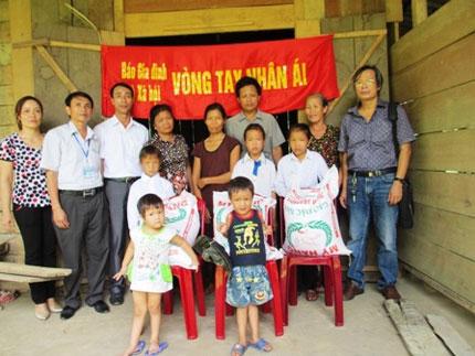 Hơn 1 tạ gạo và tiền mặt khẩn cấp đến với 5 đứa trẻ mồ côi nơi xóm núi   3