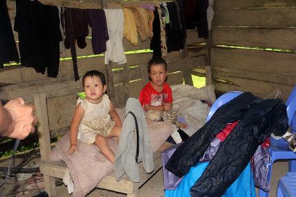 Hơn 1 tạ gạo và tiền mặt khẩn cấp đến với 5 đứa trẻ mồ côi nơi xóm núi   1