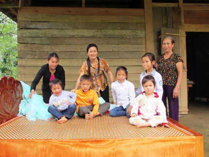 Giường, áo ấm và gạo đến với 5 em bé mồ côi lay lắt bên xóm núi 5