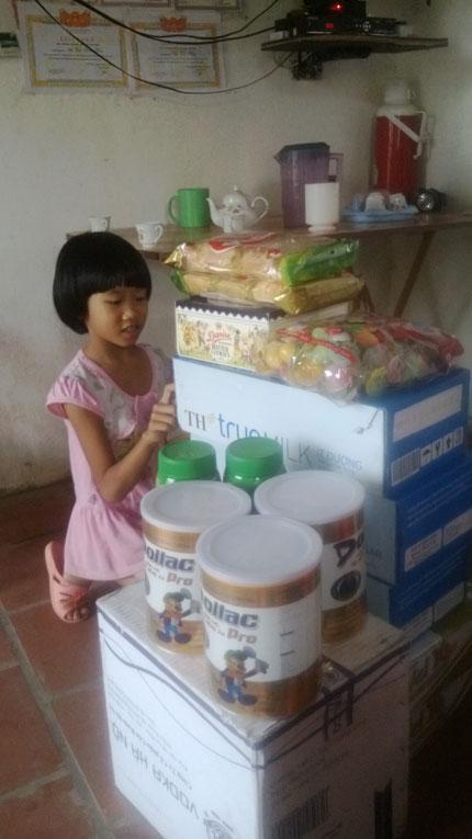 Bé 8 tuổi hồn nhiên thích thú với phần quà nhân ái 3