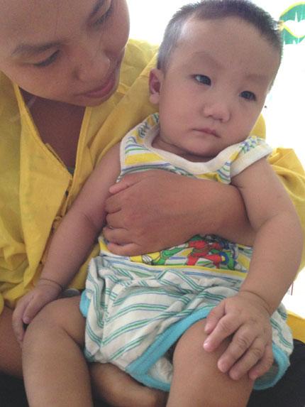Đằng đẵng ngóng bé 7 tháng tuổi thở máy suốt hơn 2 tháng qua 2
