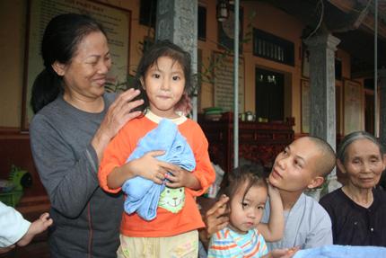 Hồn nhiên ánh mắt 5 em bé bị bỏ rơi ở cổng chùa 10