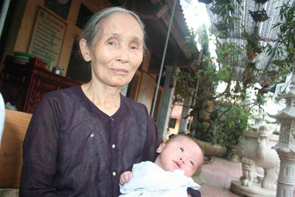 Hồn nhiên ánh mắt 5 em bé bị bỏ rơi ở cổng chùa 7