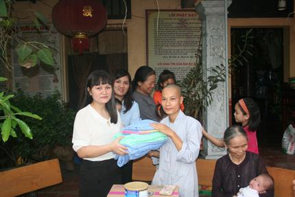 Hồn nhiên ánh mắt 5 em bé bị bỏ rơi ở cổng chùa 9