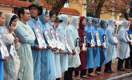 Nghẹn ngào người dân Quảng Bình đội mưa đến viếng Đại tướng 10