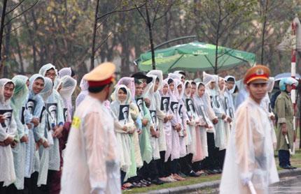 Nghẹn ngào người dân Quảng Bình đội mưa đến viếng Đại tướng 11