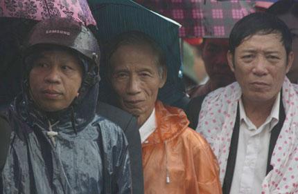 Nghẹn ngào người dân Quảng Bình đội mưa đến viếng Đại tướng 12