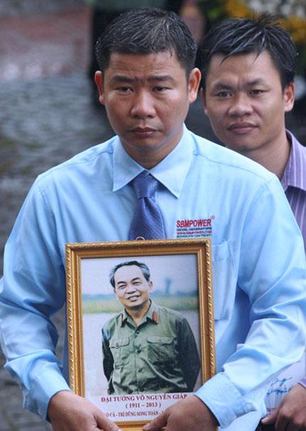 Nghẹn ngào người dân Quảng Bình đội mưa đến viếng Đại tướng 13