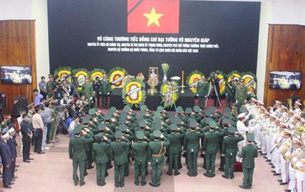 Nghẹn ngào người dân Quảng Bình đội mưa đến viếng Đại tướng 3