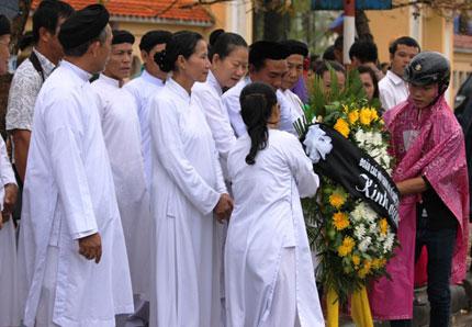 Nghẹn ngào người dân Quảng Bình đội mưa đến viếng Đại tướng 8