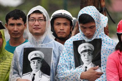 Nghẹn ngào người dân Quảng Bình đội mưa đến viếng Đại tướng 7