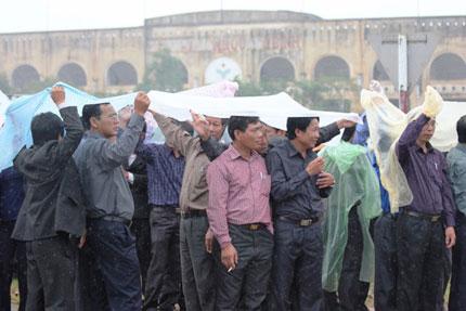 Nghẹn ngào người dân Quảng Bình đội mưa đến viếng Đại tướng 9