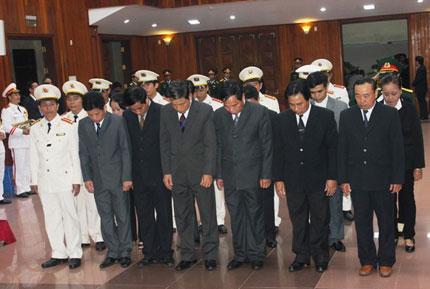 Nghẹn ngào người dân Quảng Bình đội mưa đến viếng Đại tướng 6