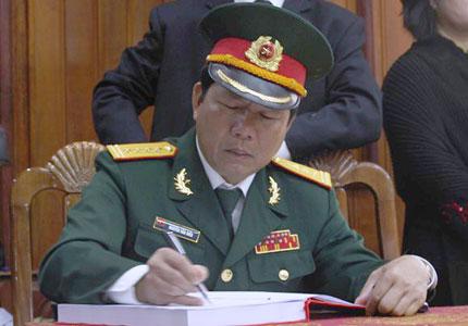 Nghẹn ngào người dân Quảng Bình đội mưa đến viếng Đại tướng 2