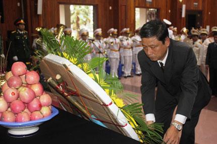 Nghẹn ngào người dân Quảng Bình đội mưa đến viếng Đại tướng 5