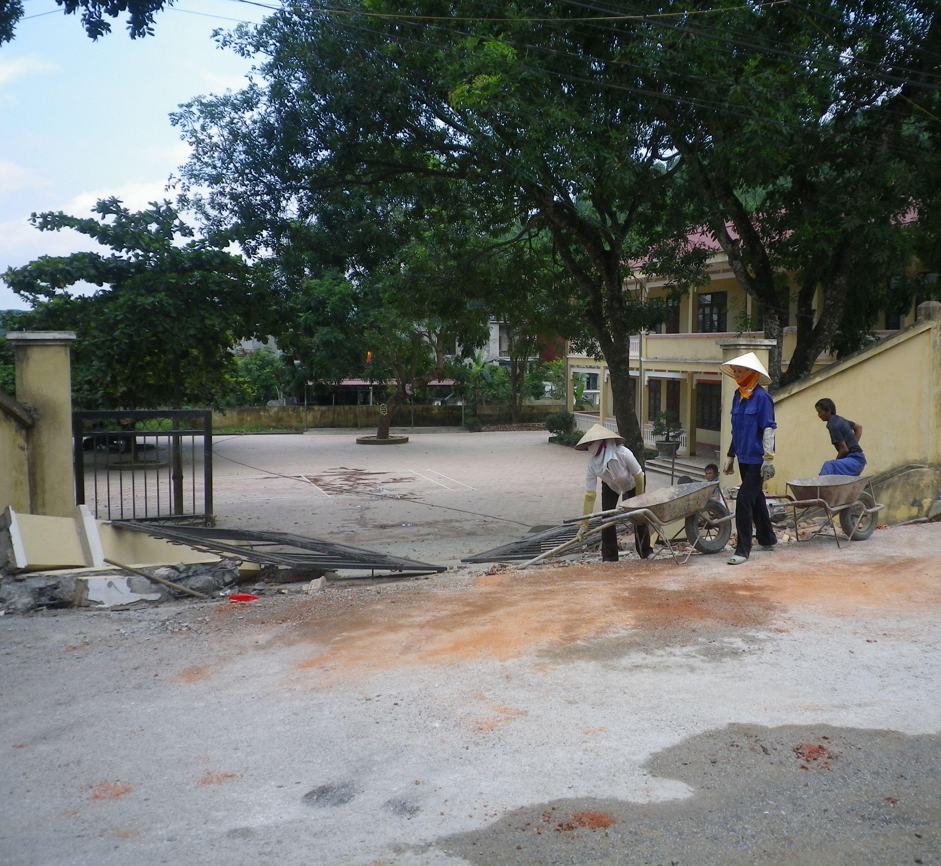 Thanh Hóa: Ô tô kéo sập cổng trường, 5 người thương vong 1