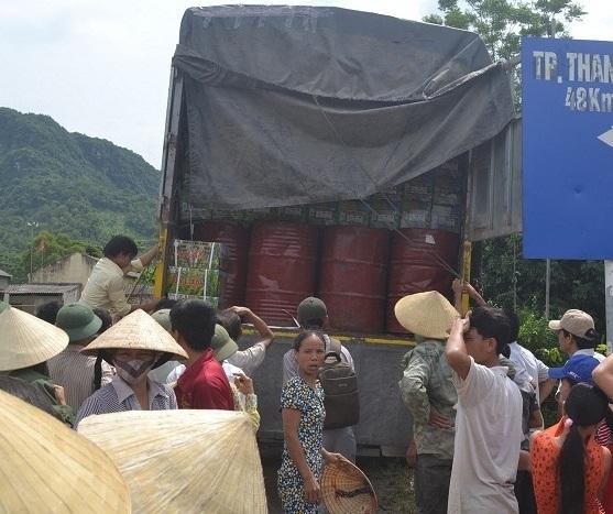 Thanh Hóa: Hàng trăm người dân chặn xe chở thuốc trừ sâu 1