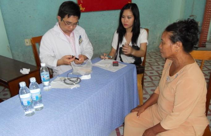BS CKII Nguyễn Lê Minh Thống khám bệnh miễn phí cho bệnh nhân nghèo   4