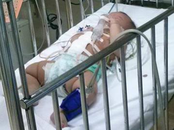 Kinh hãi bé gái 4 tháng tuổi bị đâm vào bụng 1