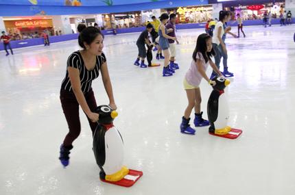 Giới trẻ đổ xô đến sân băng để trượt, ngã và... cười 6