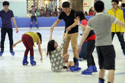 Giới trẻ đổ xô đến sân băng để trượt, ngã và... cười 14