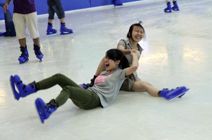 Giới trẻ đổ xô đến sân băng để trượt, ngã và... cười 13