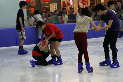 Giới trẻ đổ xô đến sân băng để trượt, ngã và... cười 8