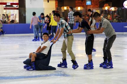 Giới trẻ đổ xô đến sân băng để trượt, ngã và... cười 10