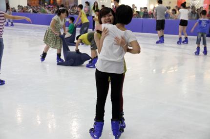 Giới trẻ đổ xô đến sân băng để trượt, ngã và... cười 12