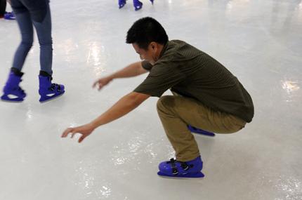 Giới trẻ đổ xô đến sân băng để trượt, ngã và... cười 9