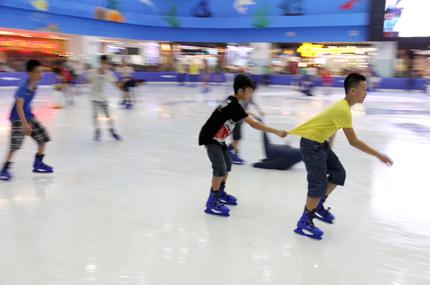 Giới trẻ đổ xô đến sân băng để trượt, ngã và... cười 15