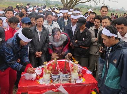 Cận cảnh tiếng khóc nghẹn ngào trong đại tang của các nạn nhân tại vụ cháy Zone 9 10