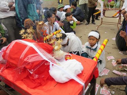 Cận cảnh tiếng khóc nghẹn ngào trong đại tang của các nạn nhân tại vụ cháy Zone 9 12