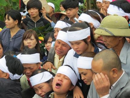 Cận cảnh tiếng khóc nghẹn ngào trong đại tang của các nạn nhân tại vụ cháy Zone 9 9