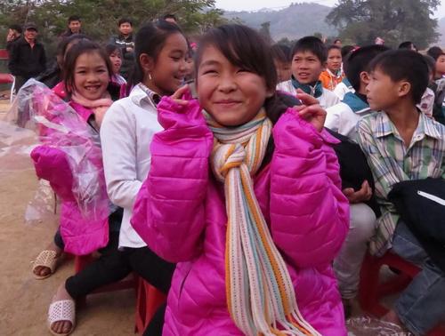 300 chiếc áo ấm đến với học sinh vùng đặc biệt khó khăn huyện Mộc Châu 4
