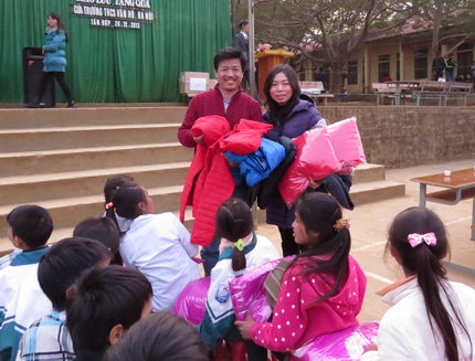 300 chiếc áo ấm đến với học sinh vùng đặc biệt khó khăn huyện Mộc Châu 2