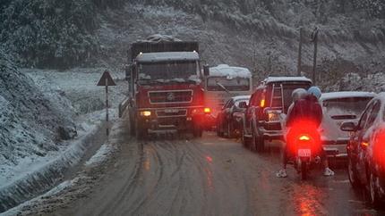 Tắc đường cục bộ ở Sa Pa vì dừng xe ngắm tuyết rơi 1