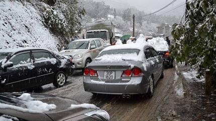 Tắc đường cục bộ ở Sa Pa vì dừng xe ngắm tuyết rơi 2